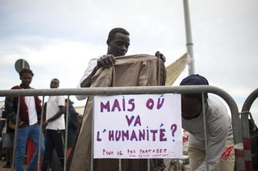 Migranti bloccati alla frontiera tra Italia e Francia a Ventimiglia